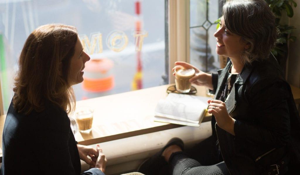 Mélanie et la journaliste discutant à une table du café tommy à Montréal