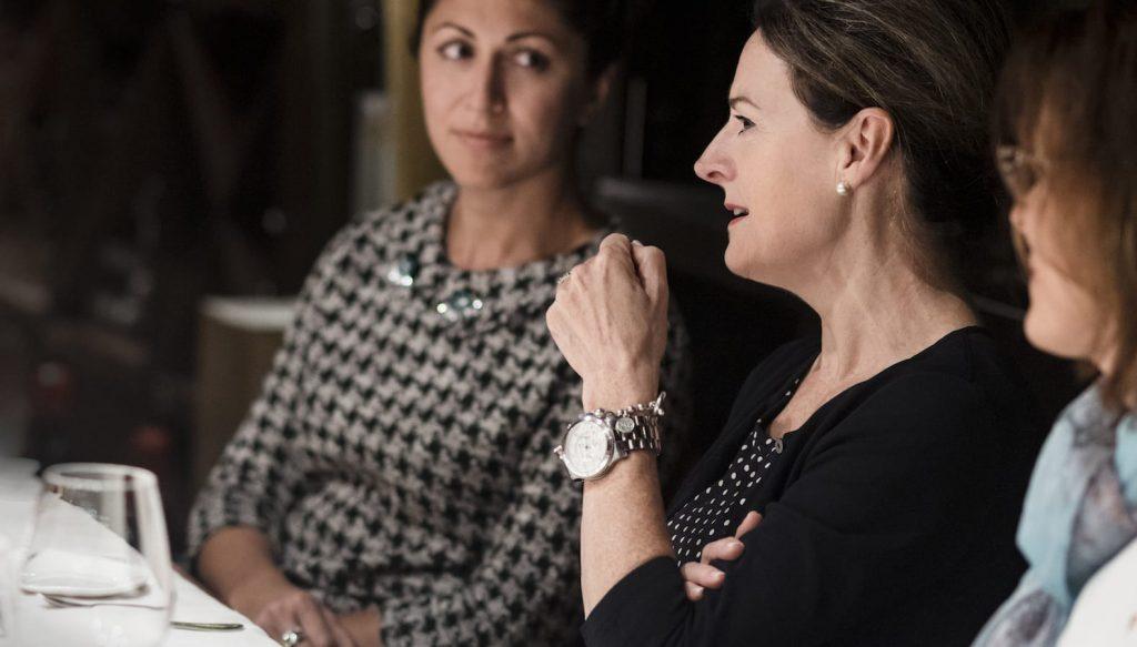 Photo de Marie-Huguette Cormier et Olga Farman parlant ensemble