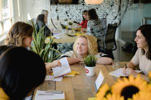 Femmes qui discutent lors d'un atelier leadership animé par Brigitte hebert aux locaux L'effet A.