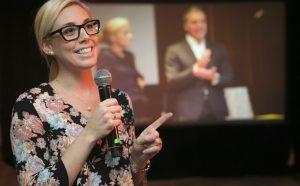 photo d'une participante qui parle le micro à la main