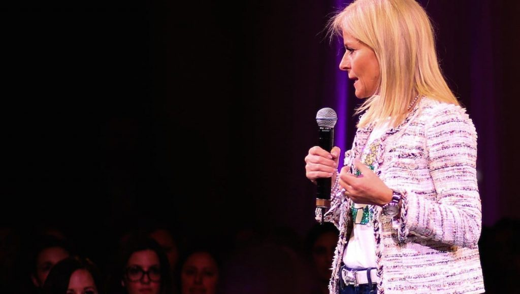 Photo Isabelle Hudon parlant au micro devant une salle