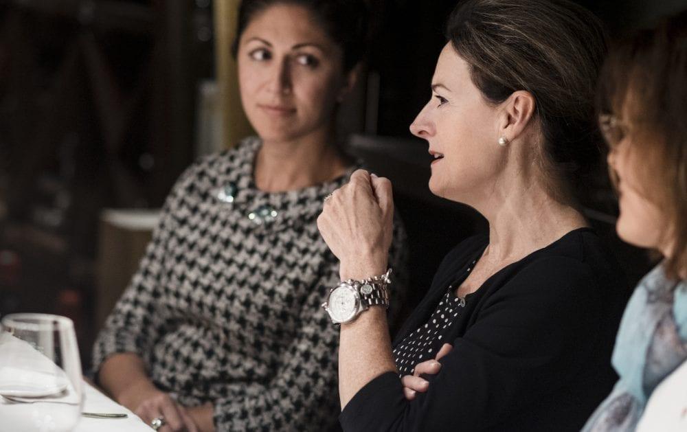 Photo Marie-Huguette Cormier discutant à une table