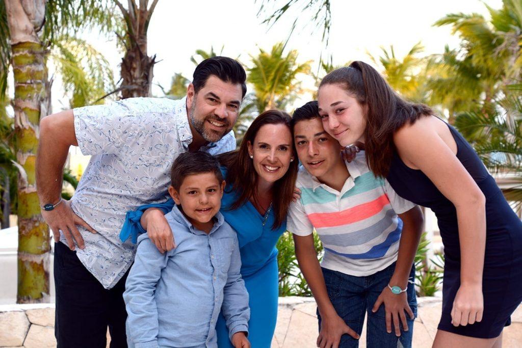 Patrick Gervais et Stéphanie Trudeau avec leurs trois enfants.