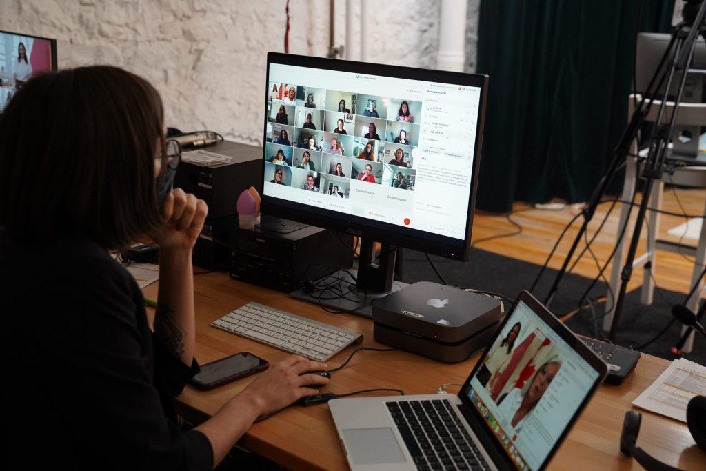 Photo d'un écran avec plusieurs femmes en visioconférence