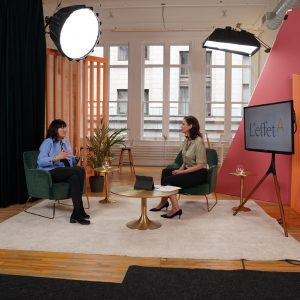 Deux femmes en face à face dans un studio de tournage