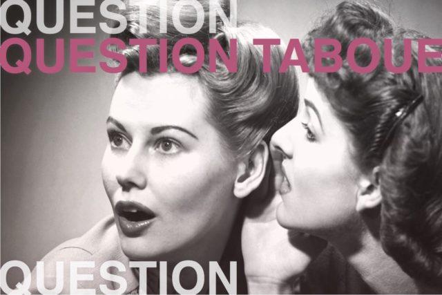 photo noire et blanche style rétro de'une femme qui murmure à l'oreille de l'autre