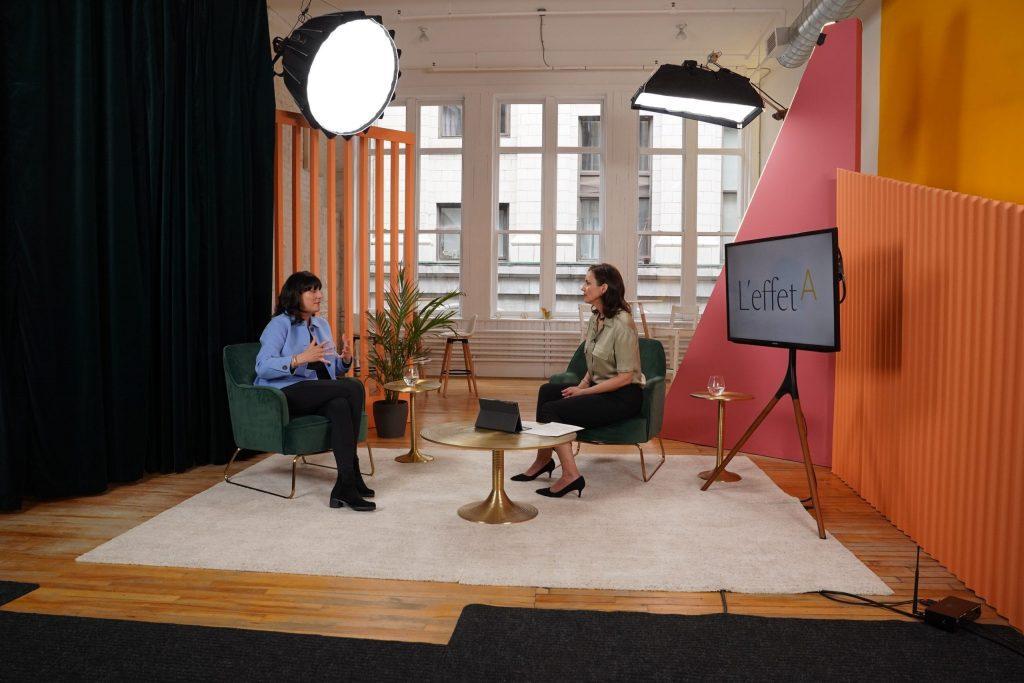 Deux femmes discutant sur le plateau d'un studio