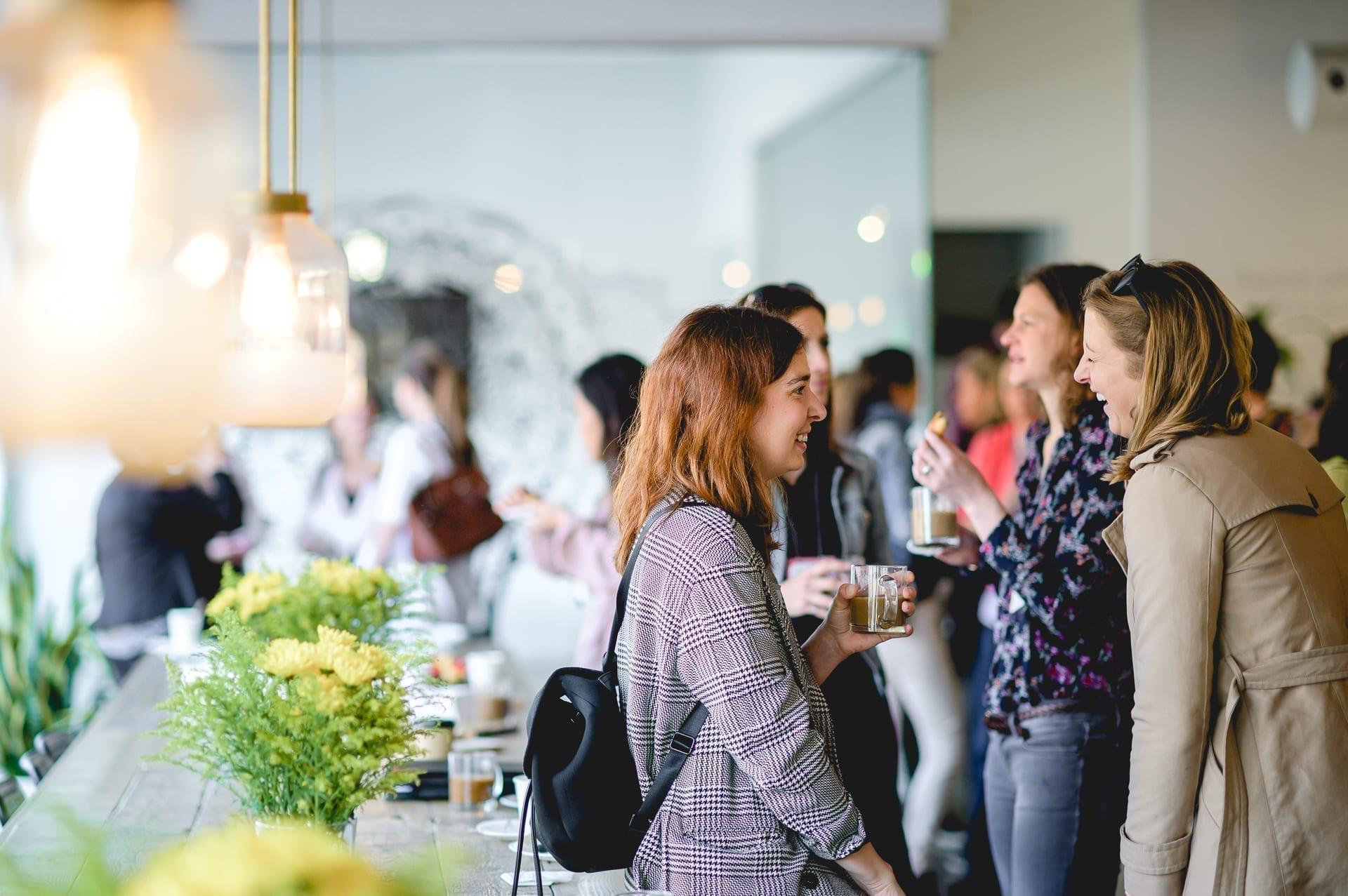 Femmes discutant lors d'un événement L'effet A.