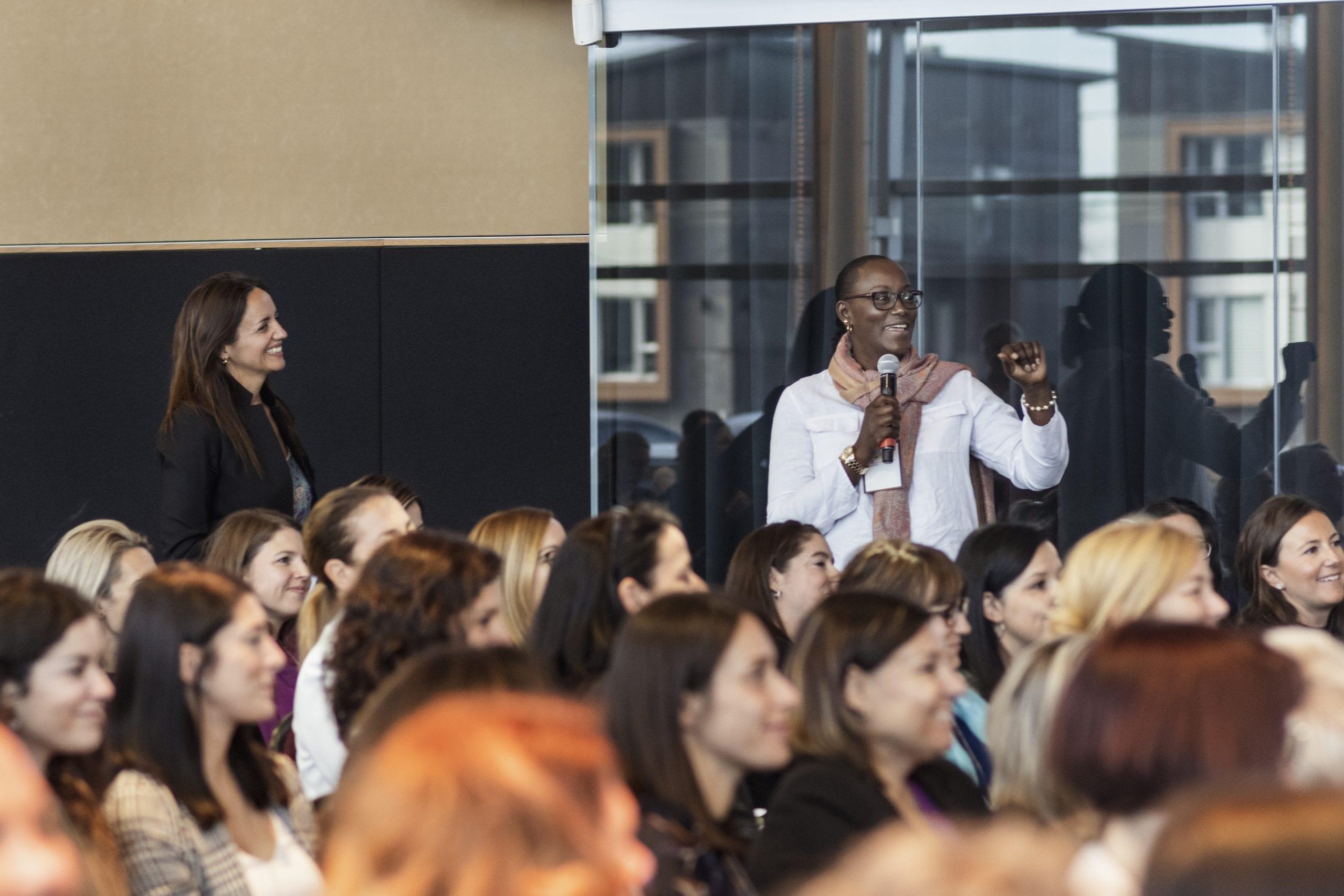 Femme noire qui parle devant public