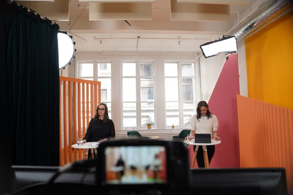 Femmes qui enregistent une conférence dans un studio L'effet A.