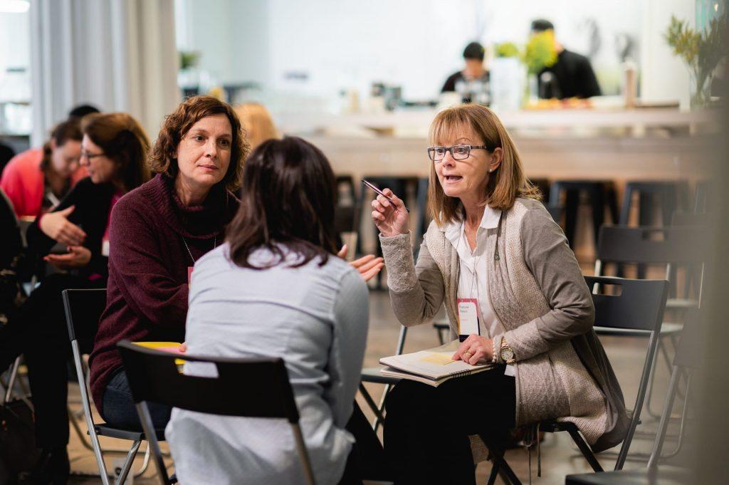 Discussion entre 3 femmes pendant un atelier L'effet A.